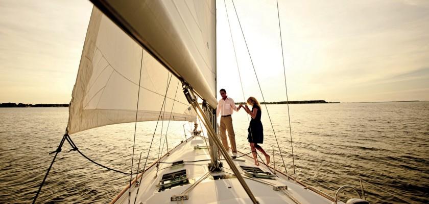 omic_1366x650_activity_sailing01